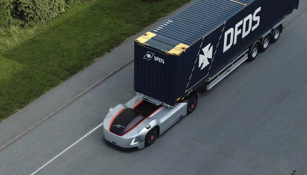 Автономный грузовик Вольво начал доставку между портом и заводом
