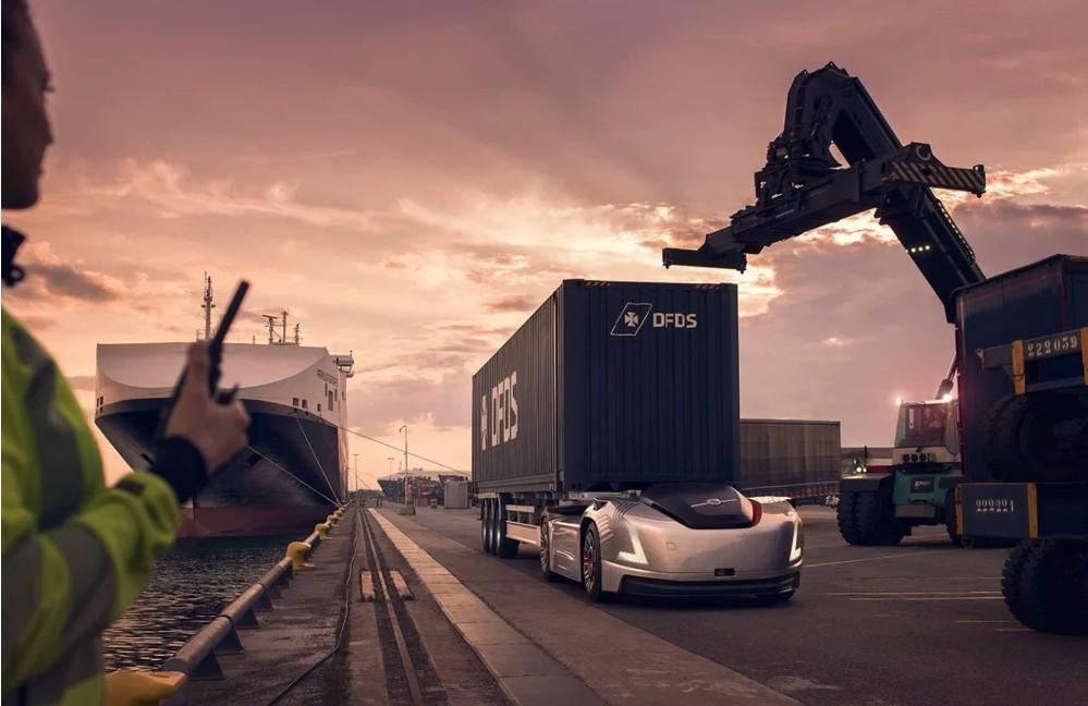 Груз доставляется беспилотным грузовиком Вера от Volvo