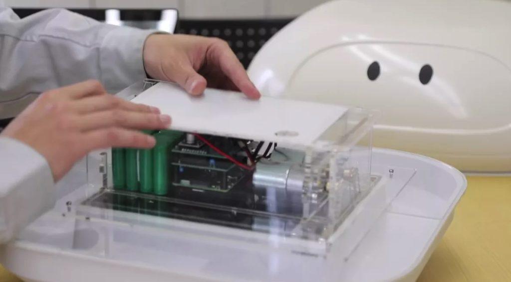 Японский техник собирает робота утку