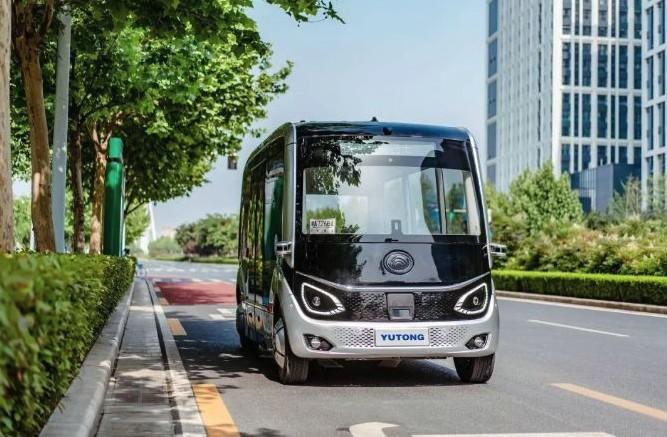 Китайский автобус  Yutong движется по крайней полосе