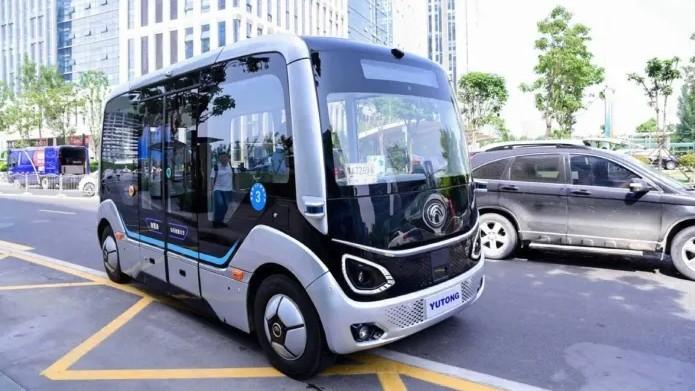 Беспилотный автобус  Yutong на маршруте без водителя за рулем