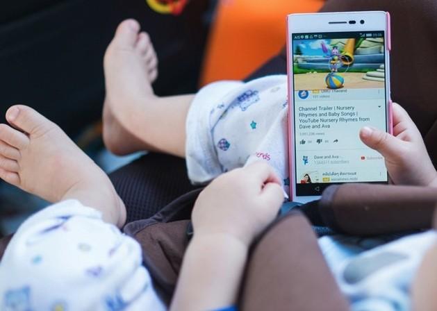 ребенок смотрит Ютуб в телефоне