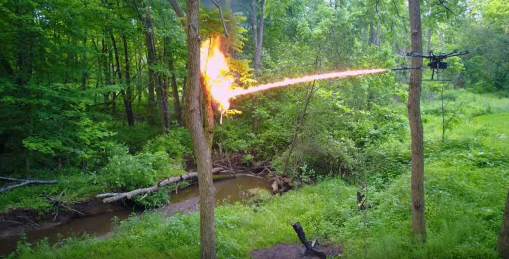 беспилотный огнемет борется с осиными гнездами.