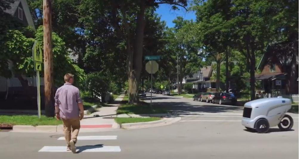 автономный робот курьер уступает дорогу